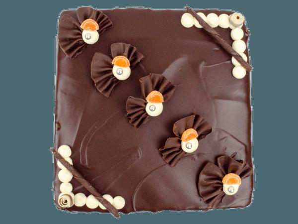 Chocolade taart met chocoladekrullen gedecoreerd
