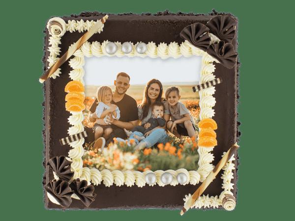 Heerlijke taart van de lekkerste pure chocolade, met foto én omringd door bolletjes botercrème